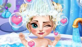 La bebé Elsa se baña
